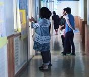 廊下から教室内を見る保護者のみなさん
